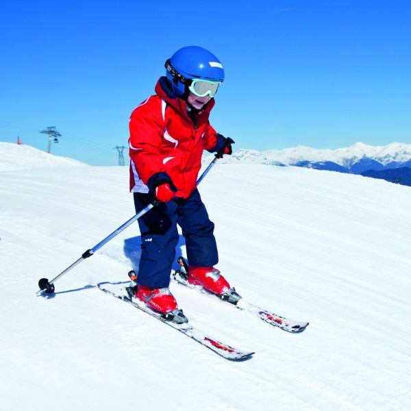 Sport d'hiver : Jeune skieur sur les pistes #2